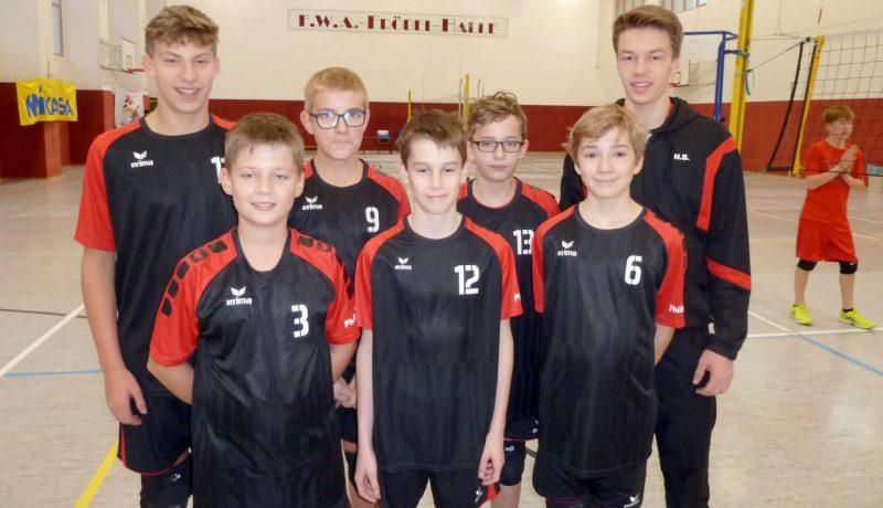 Gruppenfoto mit Spielern des Volleyball Verein Humann Essen im Einsatz für das Carl-Humann Gymnasium
