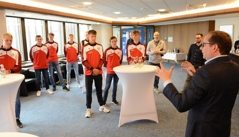 Foto: Oberbürgermeister Thomas Kufen gratulierte der U18-Mannschaft des Volleyballvereins Humann Essen.