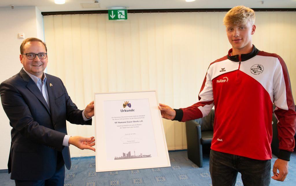 Foto: Oberbürgermeister Thomas Kufen überreicht die Glückwunsch-Urkunde der Stadt Essen.
